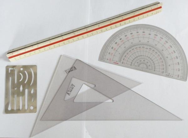三角スケールと三角定規と分度器の画像